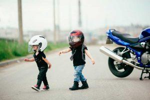A que edad pueden viajar los niños en moto?